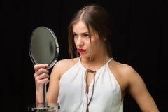 Femme avec un miroir Photographie stock libre de droits