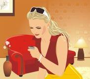 Femme avec un mobilophone dans la salle de séjour Photographie stock libre de droits