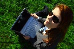 Femme avec un ordinateur portatif Images libres de droits