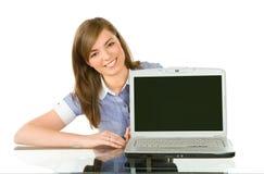 Femme avec un ordinateur portatif photo libre de droits