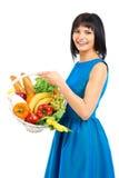 Femme avec un panier d'épicerie image stock