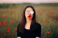 Femme avec un pavot en son portrait de mode de bouche image stock