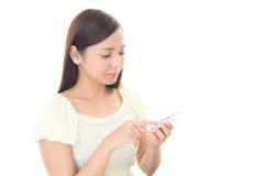 Femme avec un phone  futé Photos libres de droits