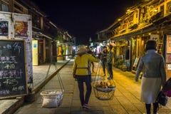Femme avec un poteau de transport, Dali Old Town, province de Yunnan, Chine photographie stock libre de droits