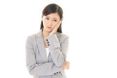 Femme avec un regard mal à l'aise Image libre de droits