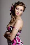 Femme avec un renivellement et une coiffure de luxe merveilleux images stock