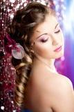 Femme avec un renivellement et une coiffure de luxe merveilleux Image stock