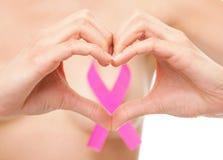 Femme avec un ruban de conscience de cancer du sein Images stock