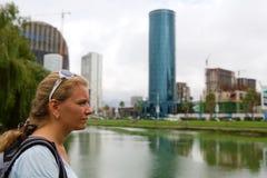 Femme avec un sac à dos sur un fond des bâtiments à Batumi photo libre de droits