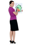 Femme avec un signe de notation d'énergie de maison Image stock