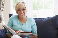 Femme avec un sourire de livre Photographie stock