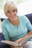 Femme avec un sourire de livre Photographie stock libre de droits