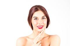 Femme avec un sourire parfait avec les dents blanches Femme sexy avec les lèvres rouges touchant le menton Photos libres de droits