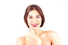 Femme avec un sourire parfait avec les dents blanches Femme sexy avec les lèvres rouges touchant le menton Images stock