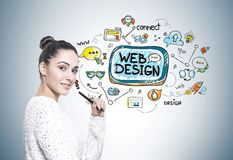 Femme avec un stylo, web design photos libres de droits