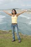 Femme avec un téléphone à la plage Photo stock