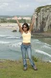 Femme avec un téléphone à la plage Photographie stock