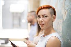 Femme avec un téléphone Photographie stock