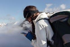 Femme avec un téléphone portable dans les montagnes Photographie stock