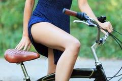 Femme avec un vélo Images stock