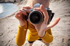 Femme avec un vieil appareil-photo Photo stock