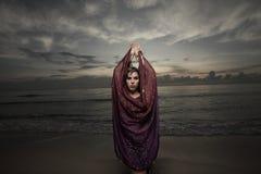 Femme avec un voile sur la plage Images libres de droits