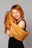 Femme avec une écharpe de fourrure Image libre de droits