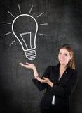 Femme avec une ampoule photos libres de droits