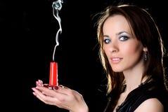 Femme avec une bougie. Photo stock