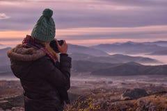 Femme avec une caméra prenant des photos photographie stock