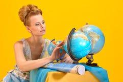 Femme avec une carte et des globes du monde Photos stock