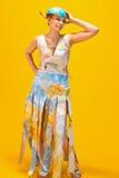 Femme avec une carte et des globes du monde Photo stock