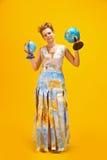 Femme avec une carte et des globes du monde Images stock