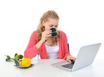 Femme avec une cuvette de café. Images stock