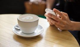 Femme avec une cuvette de café Photographie stock libre de droits