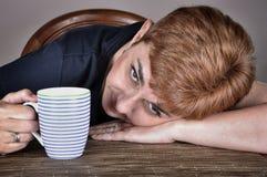 Femme avec une cuvette de café photo stock