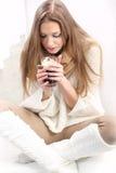 Femme avec une cuvette de coffe photographie stock libre de droits