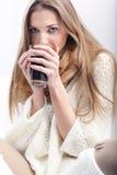 Femme avec une cuvette de coffe Image libre de droits
