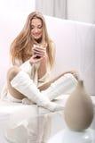 Femme avec une cuvette de coffe Photographie stock