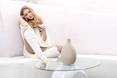 Femme avec une cuvette de coffe images stock