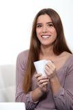 Femme avec une cuvette de thé Photo stock