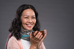Femme avec une cuvette de thé Photographie stock libre de droits