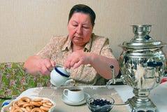 Femme avec une cuvette de thé Image stock