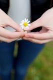 Femme avec une fleur dans sa main Photographie stock