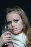 Femme avec une glace d'eau Photo stock