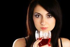 Femme avec une glace de vin. Image libre de droits