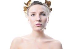 Femme avec une guirlande de laurier d'or. Images stock