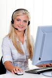 Femme avec une ligne directe d'écouteur et d'ordinateur Images stock
