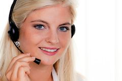 Femme avec une ligne directe d'écouteur et d'ordinateur Image stock