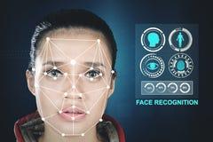 Femme avec une nouvelle technologie de reconnaissance des visages images stock
